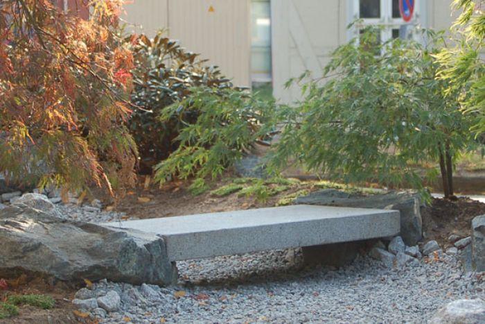 Wundervolle Granitbänke Steinbänke und Granitbrücken für Ihren Garten.
