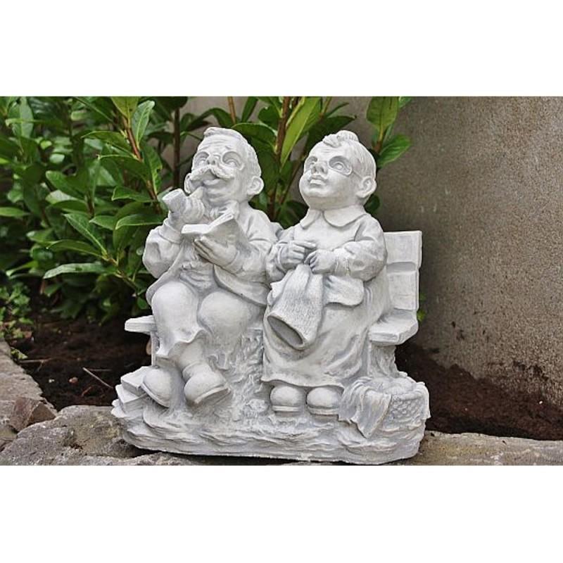 Steinfigur Oma Und Opa Auf Einer Bank